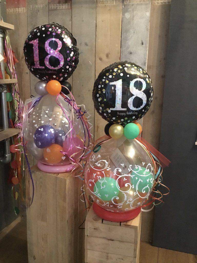 Grote doorschijnende ballonnnen en kleinere ballonnen er in voor een vrolijke kadoverpakking!