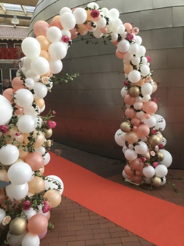 Organic ballonnenboog met bloemen
