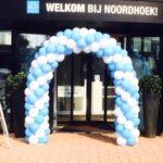 ballonnenboog in twee kleuren. Blauw en wit