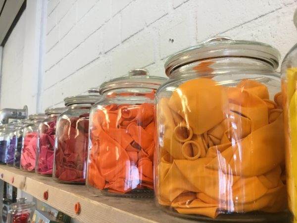 ballonnen op kleur gesorteerd in potten