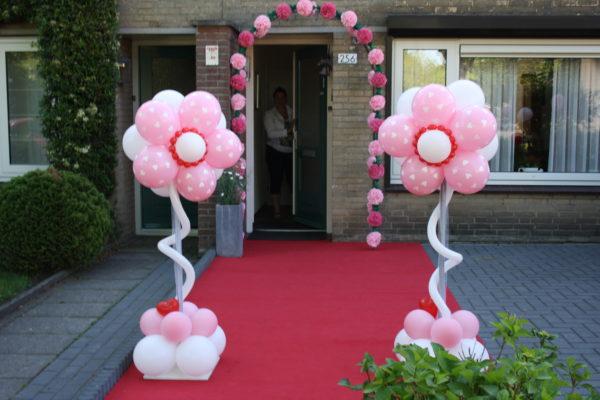 pilaar van roze ballonnen met witte hartjes